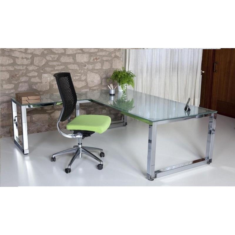 Mesa de oficina de cristal con la patas cromadas.
